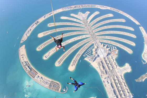 45 枚のスライドの 1 枚目: DUBAI, UNITED ARAB EMIRATES - MARCH 01:  A camera flyer captures a tandem skydive over the man made island, the Palm Jumeirah Island on March 1, 2018 in Dubai, United Arab Emirates.  (Photo by Skydive Dubai/Getty Images)