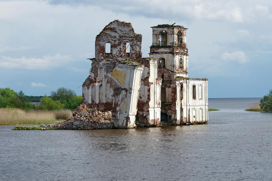 圖片 3 /共 14 張: Old destroyed church on the Sheksna River. Village of Krokhino, was flooded in 1961 with the filling of the Sheksna reservoir. Above the water remained only the stone church of the Nativity of Christ