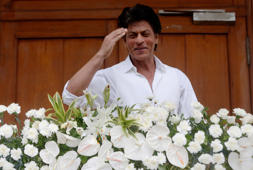 Bollywood actor Shah Rukh Khan greets the waiting media as he arrives for a press conference in Mumbai, India, Thursday, July 7, 2016. (AP Photo/ Rajanish Kakade )