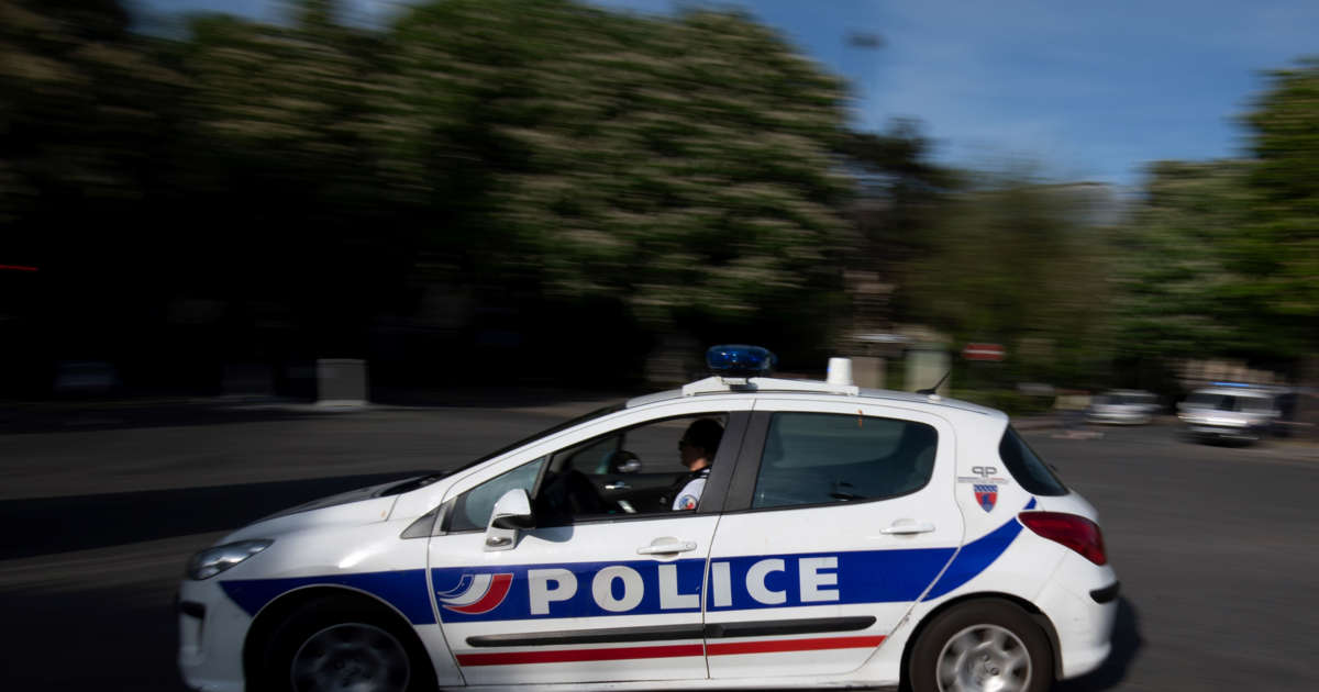 Man arrested after knife attack in Paris wounds seven: source