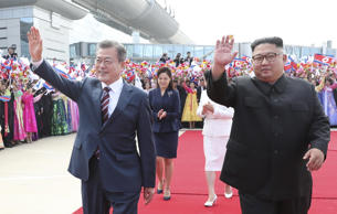 PYONGYANG, NORTH KOREA - SEPTEMBER 18: North Korean Leader Kim Jong Un (R) and South Korean President Moon Jae-in review honour guards during a welcoming ceremony at Pyongyang Sunan International Airport on September 18, 2018 in Pyongyang, North Korea. (Photo by Pyeongyang Press Corps/China News Service/VCG via Getty Images)