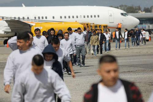<!--:es-->Decisión de la Corte Suprema podría detener cientos de deportaciones<!--:-->