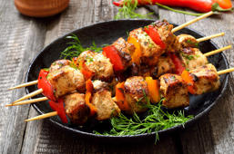 Brochetas de pollo adobadas