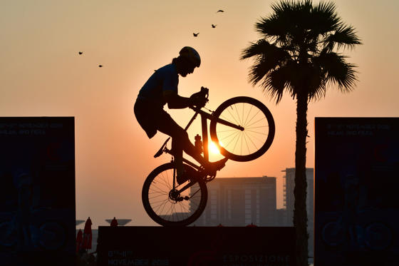 Diapositiva 1 de 31: TOPSHOT - Italian free style rider Vittorio Brumotti performs at the Jumeirah Beach Residence in Dubai on October 5, 2018. (Photo by GIUSEPPE CACACE / AFP)        (Photo credit should read GIUSEPPE CACACE/AFP/Getty Images)