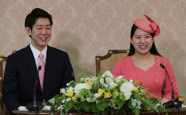 幻灯片 22 - 2: Japanese Princess Ayako, the third daughter of the late Prince Takamado, and her fiance Kei Moriya attend a news conference to announce their engagement at the Imperial Household Agency in Tokyo, Japan July 2, 2018. Koji Sasahara/Pool via Reuters