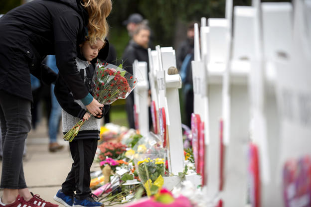Grief-stricken Pittsburgh readies itself for funerals, Trump visit after synagogue shooting BBP5CeH