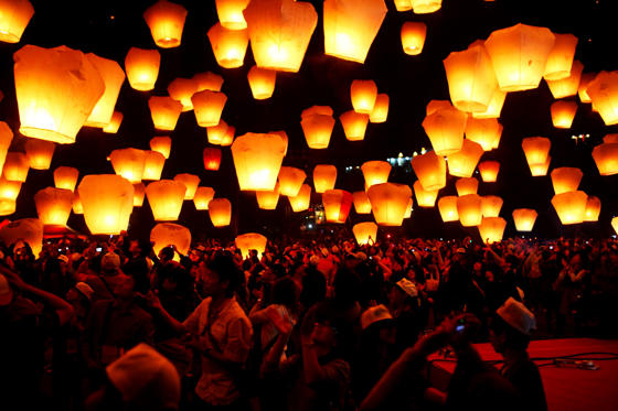 Slayt 1/15: Chinese Festivals in ancient China, sky lantern were strategically used in wars.