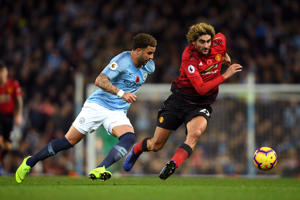 MANCHESTER, ENGLAND - NOVEMBER 11: Kyle Walker of Manchester City is challenged by Marouane Fellaini of Manchester United during the Premier League match between Manchester City and Manchester United at Etihad Stadium on November 11, 2018 in Manchester, United Kingdom.  (Photo by Mike Hewitt/Getty Images)