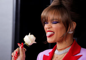 60th Annual Grammy Awards – Arrivals – New York, U.S., 28/01/2018 – Andra Day holds a white rose. REUTERS/Andrew Kelly     TPX IMAGES OF THE DAY