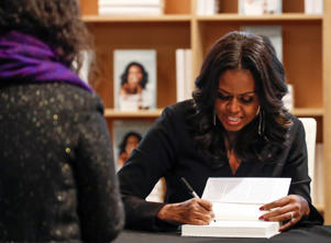 "Former first lady Michelle Obama signs copies of her memoir ""Becoming"" at the Seminary Co-op Bookstore in Chicago, Illinois, U.S., November 13, 2018. REUTERS/Kamil Krzaczynski"