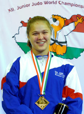 Lysbilde 1 av 22: Ronda Rousey of the USA smiles happily after receiving the u63kg (light-middleweight) gold medal at the on day 3 of the Budapest Junior World Judo Championships on October 16, 2004 at the Sports Arena, Budapest, Hungary.