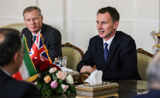 Britain's Foreign Minister Jeremy Hunt (R) meets with his Iranian counterpart in the capital Tehran on November 19, 2018. (Photo by ATTA KENARE / AFP)        (Photo credit should read ATTA KENARE/AFP/Getty Images)