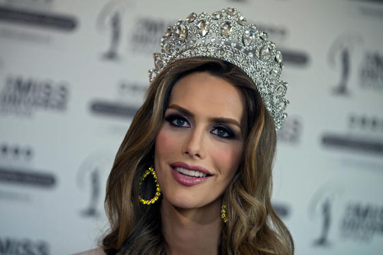 Diapositiva 1 de 40: In this photo taken on Tuesday, July 10, 2018, Angela Ponce, who won Spain's Miss Universe competition in June, speaks during an interview with The Associated Press in Madrid, Spain. The first transgender woman to compete in the global Miss Universe pageant says that, whether winning or not the beauty title, she wants to make history as a role model for trans children around the globe. (AP Photo/Paul White)
