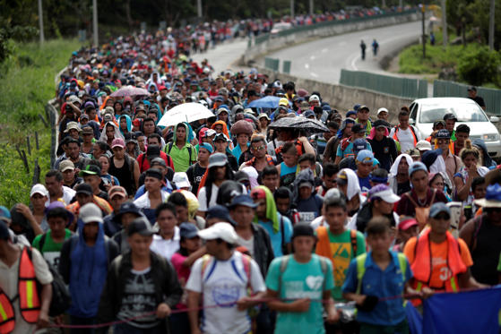 Slide 1 de 26: Migrants, part of a caravan traveling from Central America en route to the United States, walk on the road that links Tapachula with Huixtla, Mexico, November 5, 2018. REUTERS/Ueslei Marcelino