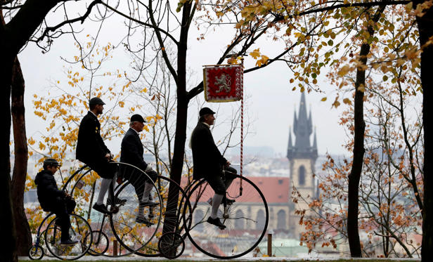 Diapositiva 1 de 26: Participants wearing historical costumes ride their high-wheel bicycles during the annual penny farthing race in Prague, Czech Republic November 3, 2018.  REUTERS/David W Cerny     TPX IMAGES OF THE DAY