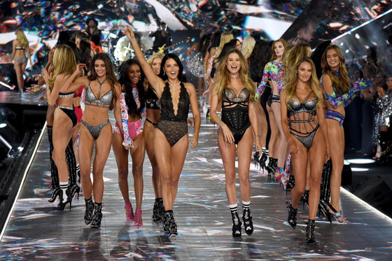 Lysbilde 1 av 98: NEW YORK, NY - NOVEMBER 08:  (L-R) Taylor Hill, Jasmine Tookes, Elsa Hosk, Adriana Lima, Behati Prinsloo, and Candice Swanepoel walk the runway during the 2018 Victoria's Secret Fashion Show at Pier 94 on November 8, 2018 in New York City.  (Photo by Kevin Mazur/WireImage)