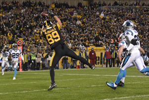 Pittsburgh Steelers tight end Vance McDonald (89) hauls in a pass from quarterback Ben Roethlisberger for a touchdown during the second half of an NFL football game against the Carolina Panthers in Pittsburgh, Thursday, Nov. 8, 2018. (AP Photo/Don Wright)