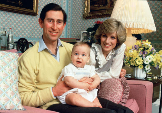 圖片 1 /共 41 張: UNITED KINGDOM - FEBRUARY 01: Prince Charles, Prince of Wales and Diana, Princess of Wales with their baby son, Prince William, at home in Kensington Palace (Photo by Tim Graham/Getty Images)