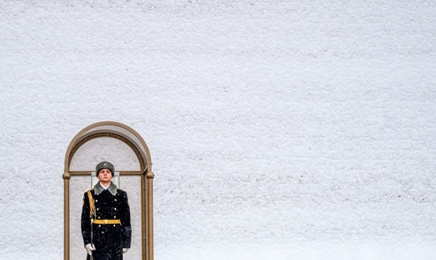 35 枚のスライドの 1 枚目: TOPSHOT - A Russian honour guard stands on duty at the Tomb of the Unknown Soldier by the Kremlin Wall after a night of heavy snowfall in Moscow on December 6, 2018. (Photo by Yuri KADOBNOV / AFP)        (Photo credit should read YURI KADOBNOV/AFP/Getty Images)
