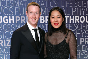 MOUNTAIN VIEW, CA - NOVEMBER 04:  Mark Zuckerberg and Priscilla Chan attend the 7th Annual Breakthrough Prize Ceremony at NASA Ames Research Center on November 4, 2018 in Mountain View, California.  (Photo by Taylor Hill/Getty Images)