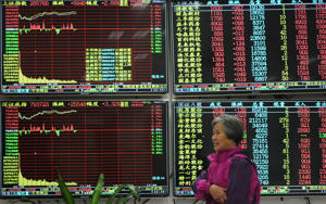 An investor watches the electronic board at a stock exchange hall on December 3, 2018 in Jiujiang, Jiangxi Province of China. Chinese shares rose on Monday. The Shanghai Composite Index rose 66.61 points, or 2.57 percent, to close at 2,654.80. The Shenzhen Component Index went up 256.72 points, or 3.34 percent, to close at 7,938.47 points.