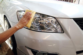 Hand a wipe microfiber the white car polishing