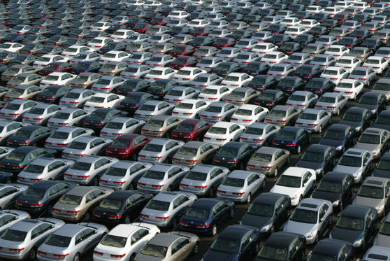 14 枚のスライドの 1 枚目: CHIBA, JAPAN - JANUARY 17: About 3,000 Honda cars wait to be exported to North America at a port January 17, 2003 in Chiba, Japan. The strength of the Japanese yen against the U.S. dollar has adversely affected the export-dependent stock of Honda. (Photo by Koichi Kamoshida/Getty Images)