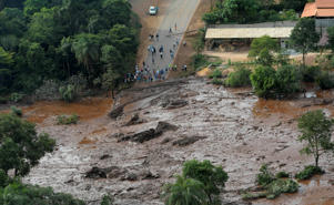 Residents are seen in an area next to a dam owned by Brazilian miner Vale SA that burst, in Brumadinho, Brazil January 25, 2019. REUTERS/Washington Alves - RC1A8C3B5800