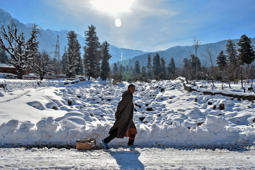 In Kashmir, tourists enjoy 'white January'