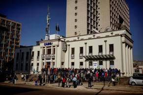 Hundreds of people queue outside a bank in Harare on August 1, 2018 hoping to get cash withdrawals as Zimbabweans wait for election results.