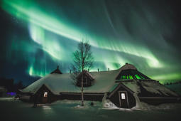 This vertical aurora borealis is breathtaking