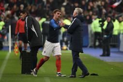 PARIS, FRANCE - NOVEMBER 20:  Head coach Didier Deschamps of France react with Antoine Griezmann during the International Friendly match between France and Uruguay at Stade de France on November 20, 2018 in Paris, France.  (Photo by Xavier Laine/Getty Images)