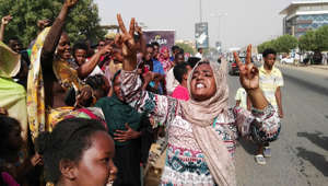 Sudanese women chant slogans on April 11, 2019 during a rally in the capital Khartoum. - Sudanese crowds demanding the ousting of President Omar al-Bashir flooded to the army headquarters chanting 'the regime has fallen,' as they await an 'important announcement' from the military. Sources and witnesses also told AFP that soldiers had raided both the state television and the offices of a group linked to Bashir's ruling party.