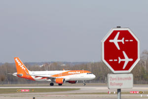 MUNICH, GERMANY - APRIL 03: A easyjet Airbus A 320-214  aircraft is pictured on the taxi way at Airport Munich Franz-Josef-Strauss International on April 03, 2019 in Munich, Germany. (Photo by Alexander Hassenstein/Getty Images)