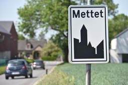 Illustration shows the name of the Mettet municipality on a road sign, Monday 30 April 2018.