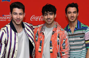 The Jonas Brothers shared an adorable throwback video of model Hailey Baldwin introducing them as the musical performers during a 2009 episode of SNL.