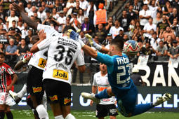 Danilo Avelar (35) of Corinthians, heads the ball to score against Sao Paulo during the Paulista championship final football match held at the Arena Corinthians stadium in Sao Paulo, Brazil, on April 21, 2019. (Photo by Nelson ALMEIDA / AFP)        (Photo credit should read NELSON ALMEIDA/AFP/Getty Images)