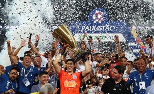 Paulista Championship - Final - Corinthians v Sao Paulo - Arena Corinthians, Sao Paulo, Brazil - April 21, 2019   Corinthians' Cassio and team mates celebrate with the trophy  REUTERS/Amanda Perobelli
