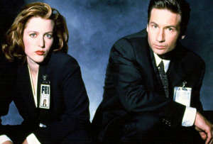 Mulder (David Duchovny) veut y croire, alors que Scully (Gillian Anderson) est sceptique: entre ces deux enquêteurs spéciaux du FBI se tissent des liens étroits alors qu'ils tentent de faire la lumière sur des phénomènes étranges, possiblement paranormaux.