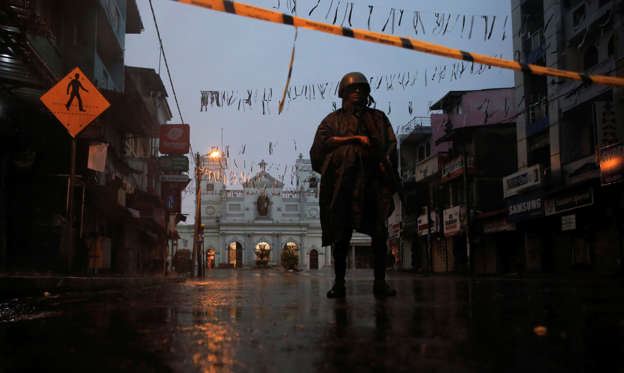 圖片 1 /共 51 張: A soldier stands guard at St. Anthony's Shrine during heavy rain, days after a string of suicide bomb attacks on churches and luxury hotels across the island on Easter Sunday, in Colombo, Sri Lanka April 25, 2019. REUTERS/Thomas Peter TPX IMAGES OF THE DAY