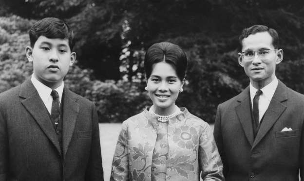 Lysbilde 2 av 18: King Bhumibol and Queen Sirikit of Thailand at King's Beeches, their private residence in Sunninghill, Berkshire, 27th July 1966. On the left is their son, Crown Prince Maha Vajiralongkorn. (Photo by Roger Jackson/Central Press/Getty Images)