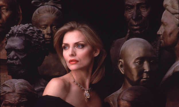 幻灯片 8 - 1: Actress Michelle Pfeiffer wearing Victoria Transvaal diamond from the Smithsonian's collection, surrounded by busts from the museum's collection of ethnic sculptures.  (Photo by Joe Mcnally/The LIFE Picture Collection/Getty Images)