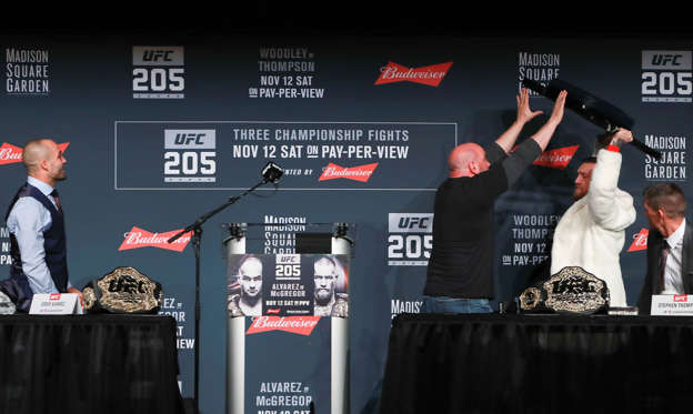 13 枚のスライドの 2 枚目: NEW YORK, NY - NOVEMBER 10: UFC president Dana White stops Conor McGregor from throwing a chair at Eddie Alvarez during the UFC 205 press conference at The Theater at Madison Square Garden on November 10, 2016 in New York City. (Photo by Michael Reaves/Getty Images)