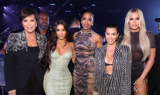 幻灯片 15 - 1: SANTA MONICA, CALIFORNIA - NOVEMBER 10: 2019 E! PEOPLE'S CHOICE AWARDS -- Pictured: (l-r) Kris Jenner, Kim Kardashian, Kelly Rowland, Kourtney Kardashian and Khloé Kardashian attend the 2019 E! People's Choice Awards held at the Barker Hangar on November 10, 2019 -- NUP_188993 (Photo by: Christopher Polk/E! Entertainment/NBCU Photo Bank)