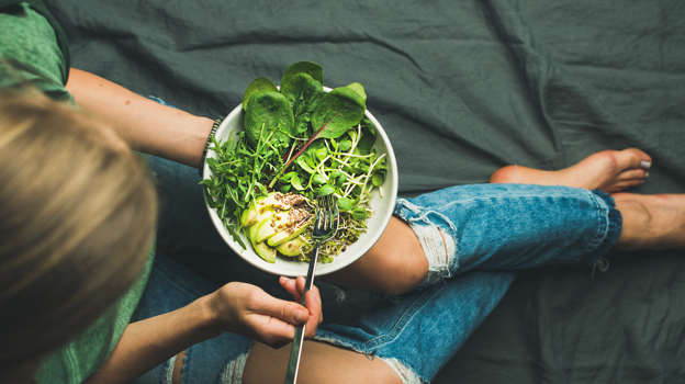 A dietitian and nutritionist, Andy Bellatti, has five pieces   of advice to start feeling like your best self and to get on the   right track toward losing weight (safely!) in just one week.      To curb bloating, dehydration, and discomfort, drink lots of   water, cut sodium, and down fiber.      Don't resort to a juice cleanse, powders, or pills. Those   aren't healthy or sustainable ways to keep the weight off.           Visit     Business Insider's homepage for more stories.       As we head into the middle of January, it's time to push through   your New Year's resolutions and become your healthiest, most fit   self.    But what's the best way to start?    A registered dietitian and nutritionist named Andy Bellatti   reveals all the things you should - and should never - do to get   you feeling your best in under a week and on the right track.         Erin Brodwin contributed to an earlier version of this     post.