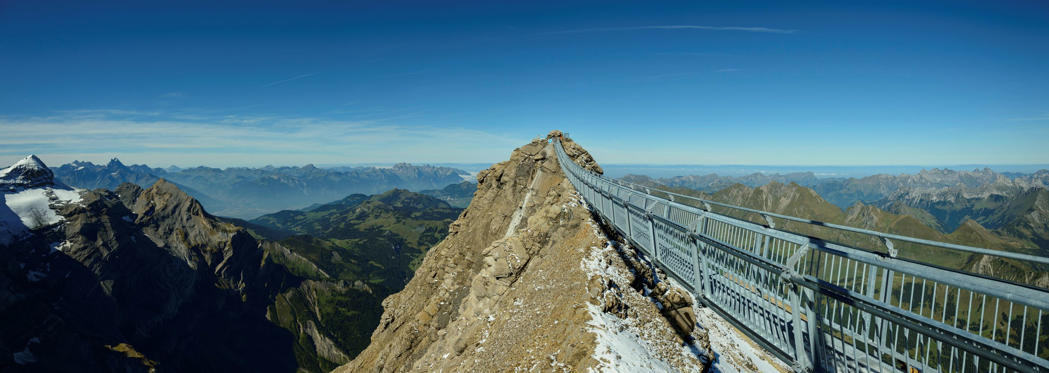 Diapositive 1 sur 18: A spectacular hanging bridge, connecting two peaks opened recently in Gstaad, Switzerland. We take a look at it and a few others that are regarded as the most beautiful bridges in the world.