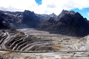 - FILE PHOTO 22JUL05 - A general view of a giant mine run by U.S. firm Freeport-McMoran Cooper & Gold Inc., at the Grassberg mining operation, in Indonesia's Papua province is seen in this July 22, 2005 file photograph. [Indonesia will not hesitate to sue U.S. mining giant Freeport-McMoran Copper & Gold if it fails to follow through on recommendations to stop pollution from its Papua operations, Environment Minister Rachmat Witoelar said on March 24, 2006.] - RTXOFC7