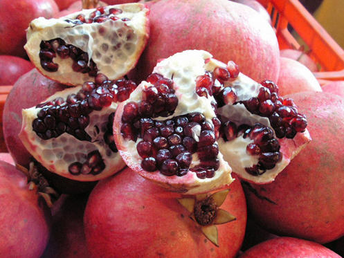 Διαφάνεια 3 από 41: In this undated photo provided by S. Katzman Produce, a sliced pomegranate reveals its ruby red seeds. Even now, the U.S. Department of Agriculture will not permit them to be imported as a whole fruit from India, due to health risks from possible pests, so processors there remove the seeds, which are then flown in chilled containers to the United States.  (AP Photo/S. Katzman Produce) **NO SALES**