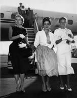 circa 1955: British born American actress Liz Taylor arrives in New York International Airport with fellow actresses Grace Kelly (1929 - 1982) and Lorraine Day. (Photo by Keystone/Getty Images)