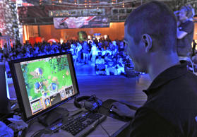 Am 7. August 2009 hat ein Teilnehmer der Intel Friday Night in Dresden - einem Event der Electronic Sports League - Spaß am Spiel.